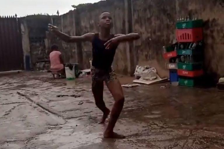 En el video se lo puede ver bailando descalzo bajo la lluvia afuera del estudio donde entrena