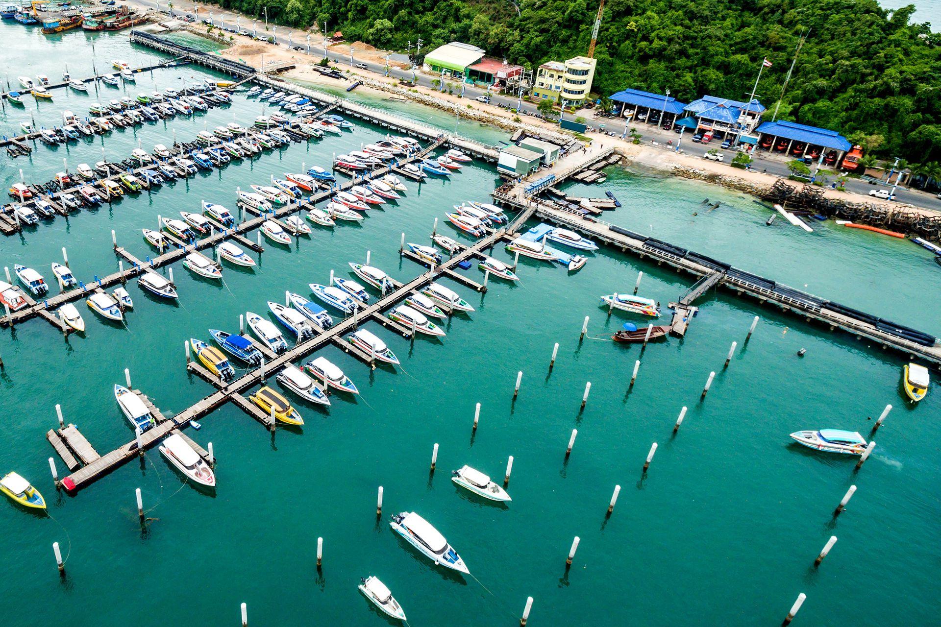 La marina que alberga yates de lujo en Pattaya, provincia de Chonburi