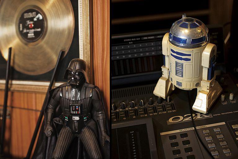 Más de su pasión por Star Wars: los muñecos favoritos lo acompañan en su estudio de grabación.