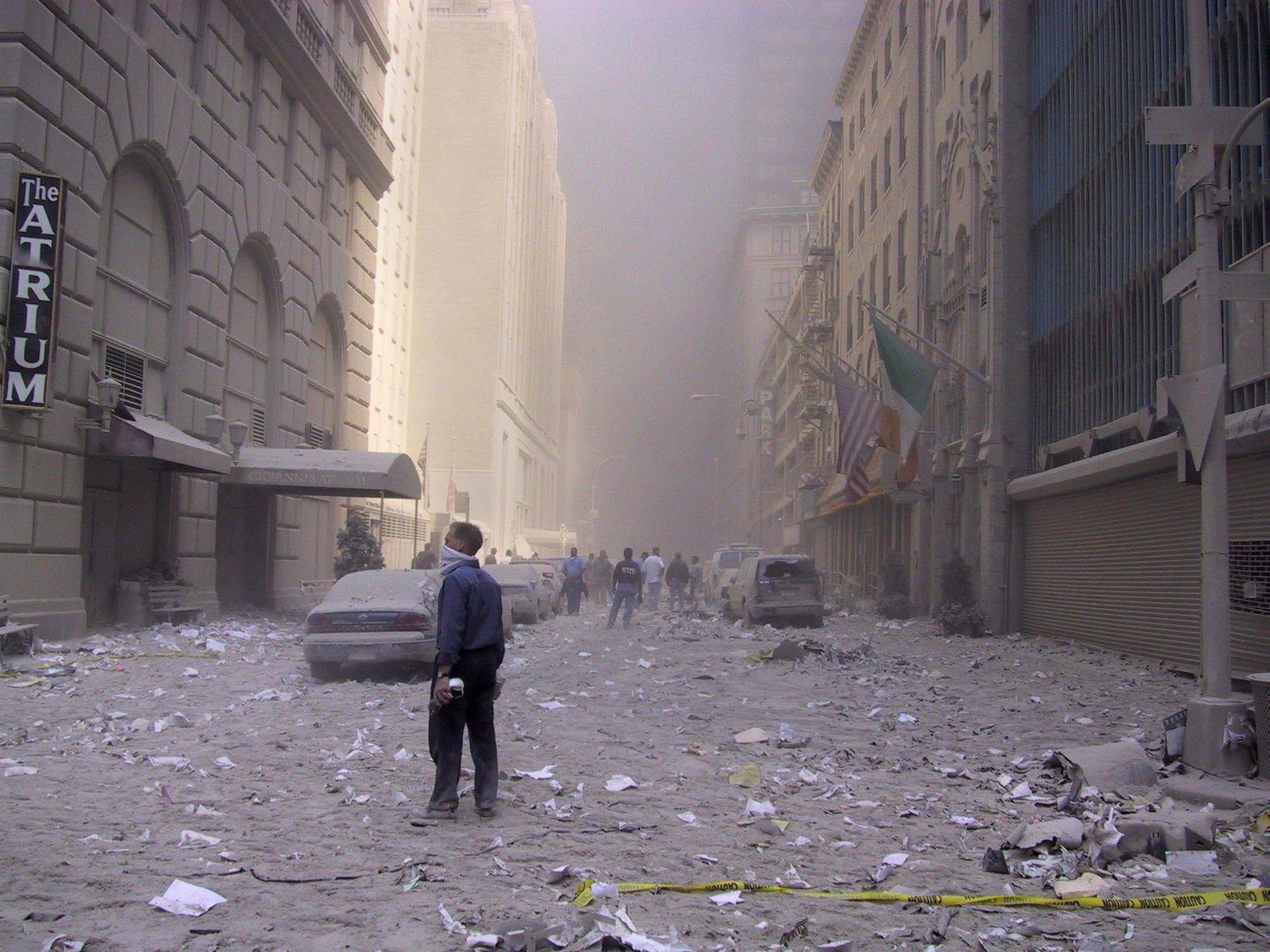 El polvo y los escombros cubren el suelo y nublan el aire cerca del lugar del ataque terrorista en el World Trade Center en Nueva York