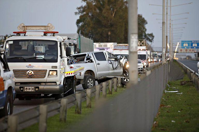 Así quedó la Toyota Hilux que, de acuerdo a los testimonios, habría frenado de golpe y fue embestida por la Mercedes Benz Sprinter