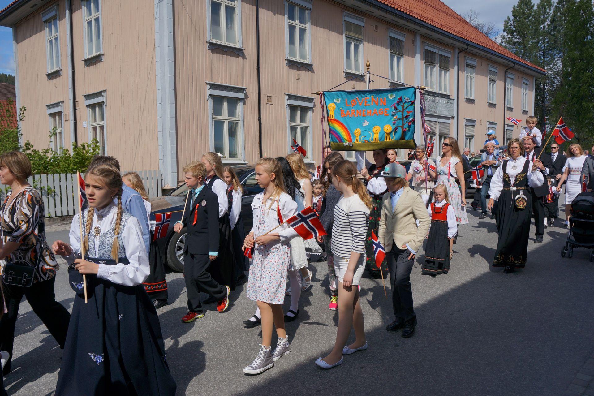 Desfile escolar. Día de Noruega.