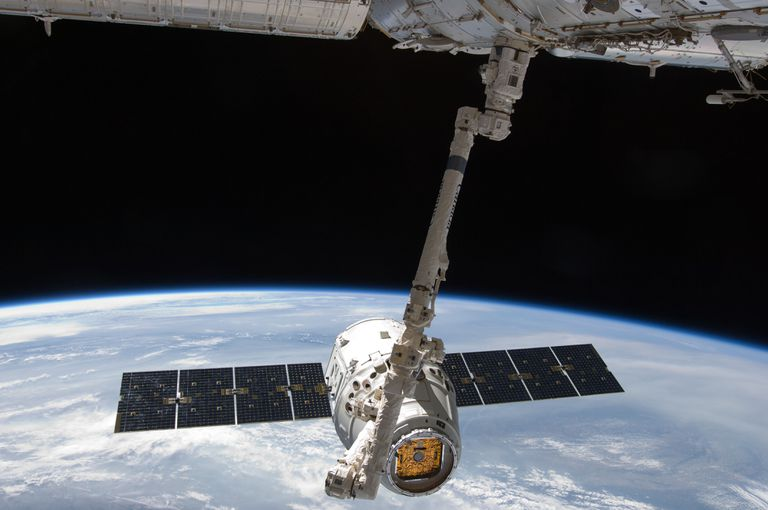 La carrera espacial: crucial test de la cápsula Dragon para volver a la Tierra