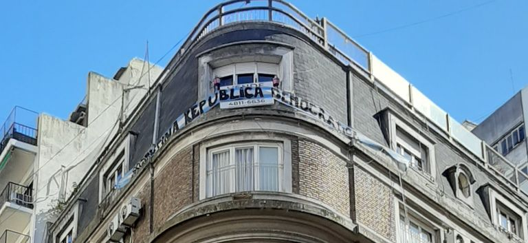 """La bandera argentina con el mensaje """"Argentina República Democrática"""", el año pasado, en la ventana de vecinos de Cristina Kirchner"""