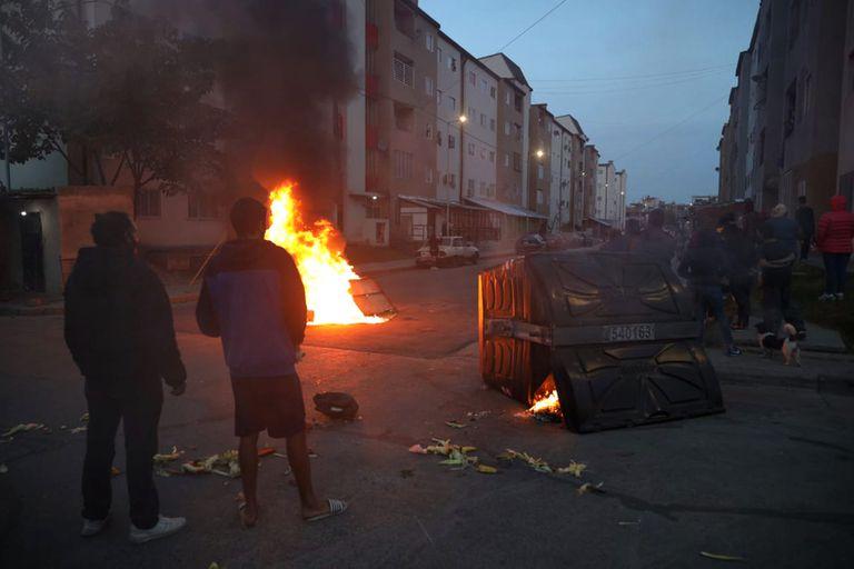 Vecinos de Villa Lugano incendiaron contenedores en protesta por el accionar de bandas narco en la zona