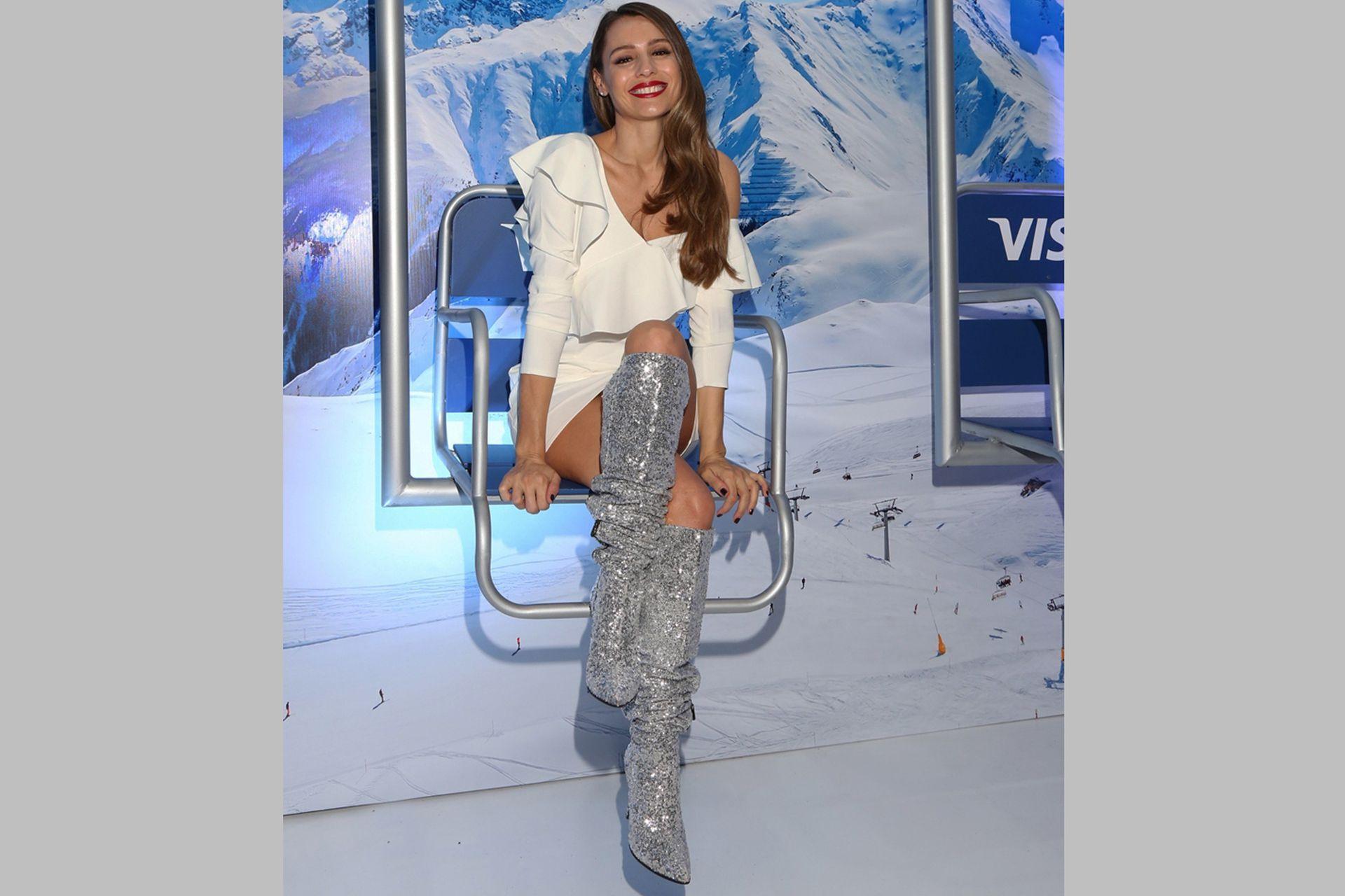 Siempre radiante, Pampita Ardohain eligió un look que hizo juego con la temática invernal del evento