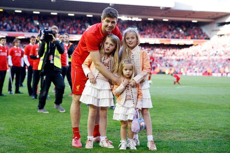 Steven Gerrard se despidió con sus hijas en el campo