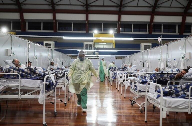Pacientes con coronavirus son tratados en un hospital de campaña instalado en un gimnasio deportivo, en Santo Andre, estado de San Pablo, Brasil, el 6 de mayo de 2020