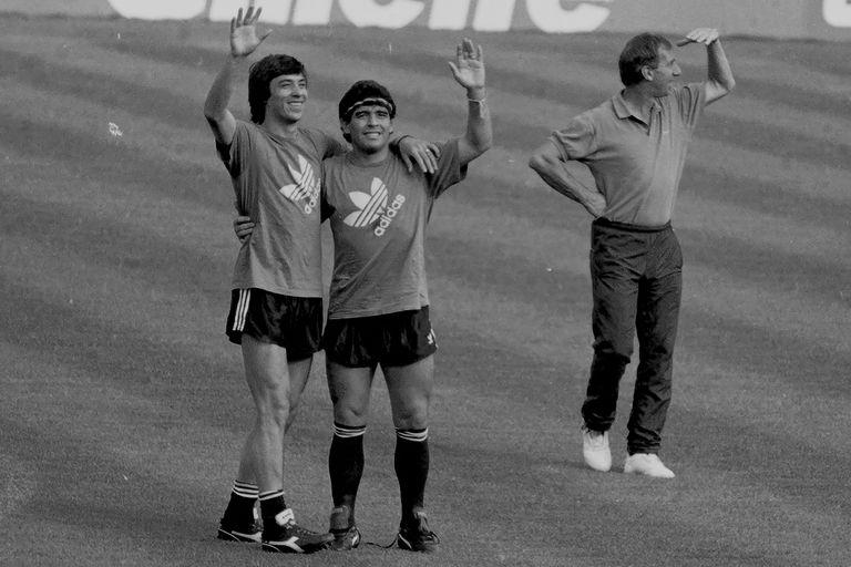 Diego Maradona sonríe con José Basualdo, mientras Carlos Bilardo mira a otro lado
