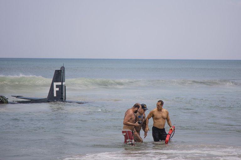 Con la ayuda de los bomberos y los socorristas, el piloto pudo llegar hasta la orilla