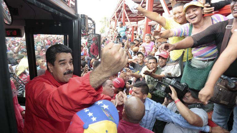 Maduro saluda a sus seguidores