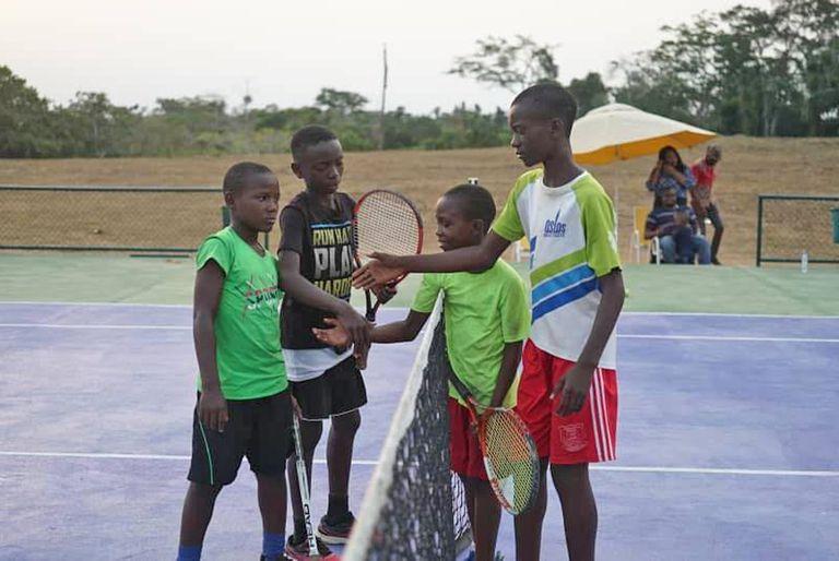 """""""Dándoles habilidades tenísticas y también habilidades para la vida"""", es uno de los lemas del proyecto de tenis para niños de Camerún, África, que tanta admiración generó."""
