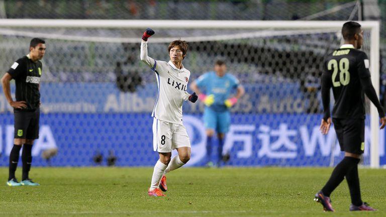 Shoma Doi celebra el primer gol, de penal, de Kashima Antlers