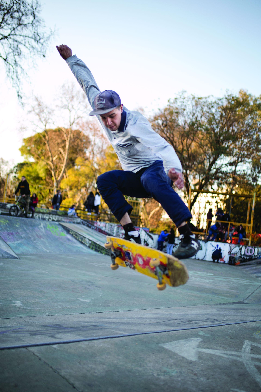 """Gabriel (23). Es de: Capital. ¿Qué es lo que más te gusta de practicar skate? """"Me encanta la libertad que tenés, podés hacer casi cualquier movimiento y tenés que complementarte con un pedazo de madera""""."""
