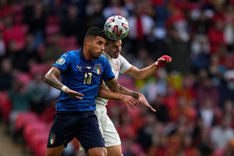 César Azpilicueta y Emerson Palmieri luchan por la pelota durante el partido de semifinal que disputan España e Italia por la Eurocopa 2020.