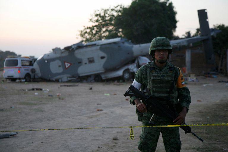 Cayó un helicóptero con funcionarios en México: hay 13 muertos