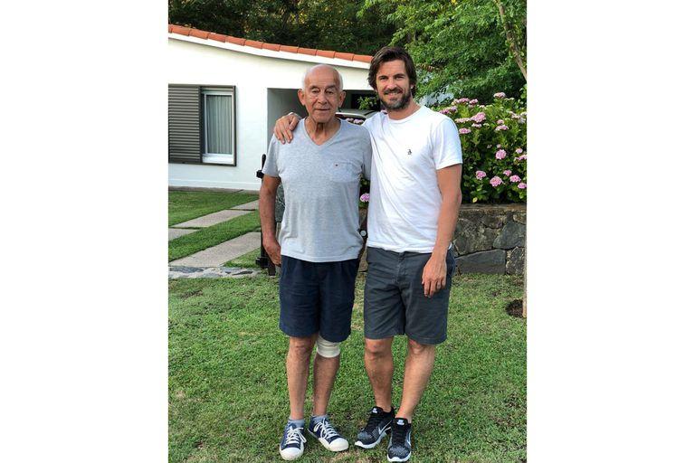 Con Carlos Salvador, su padre, reconocido ginecólogo de Río Cuarto, en la casa familiar de Alpa Corral.