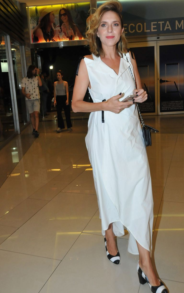 Carla Peterson, dolida por la muerte de Débora Pérez Volpin, llegó sobre la hora y lució un impecable vestido blanco camisero largo y stilettos rayados