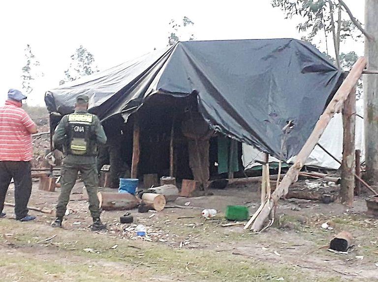 Rescatan a 12 jornaleros que vivían en chozas, sin luz, baño ni agua