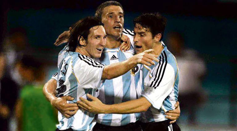 Crespo y uno de sus goles en la selección; el abrazo con Messi y Zanetti