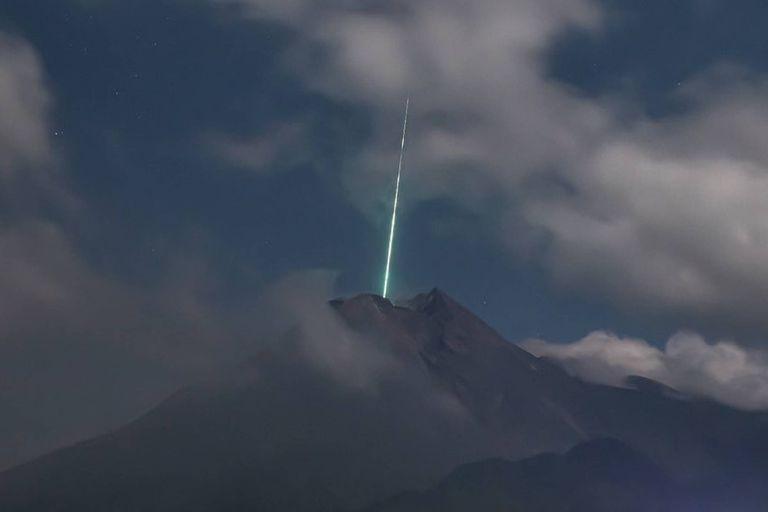 Sorpresa: captan el momento en el que un meteoro cae sobre un volcán activo