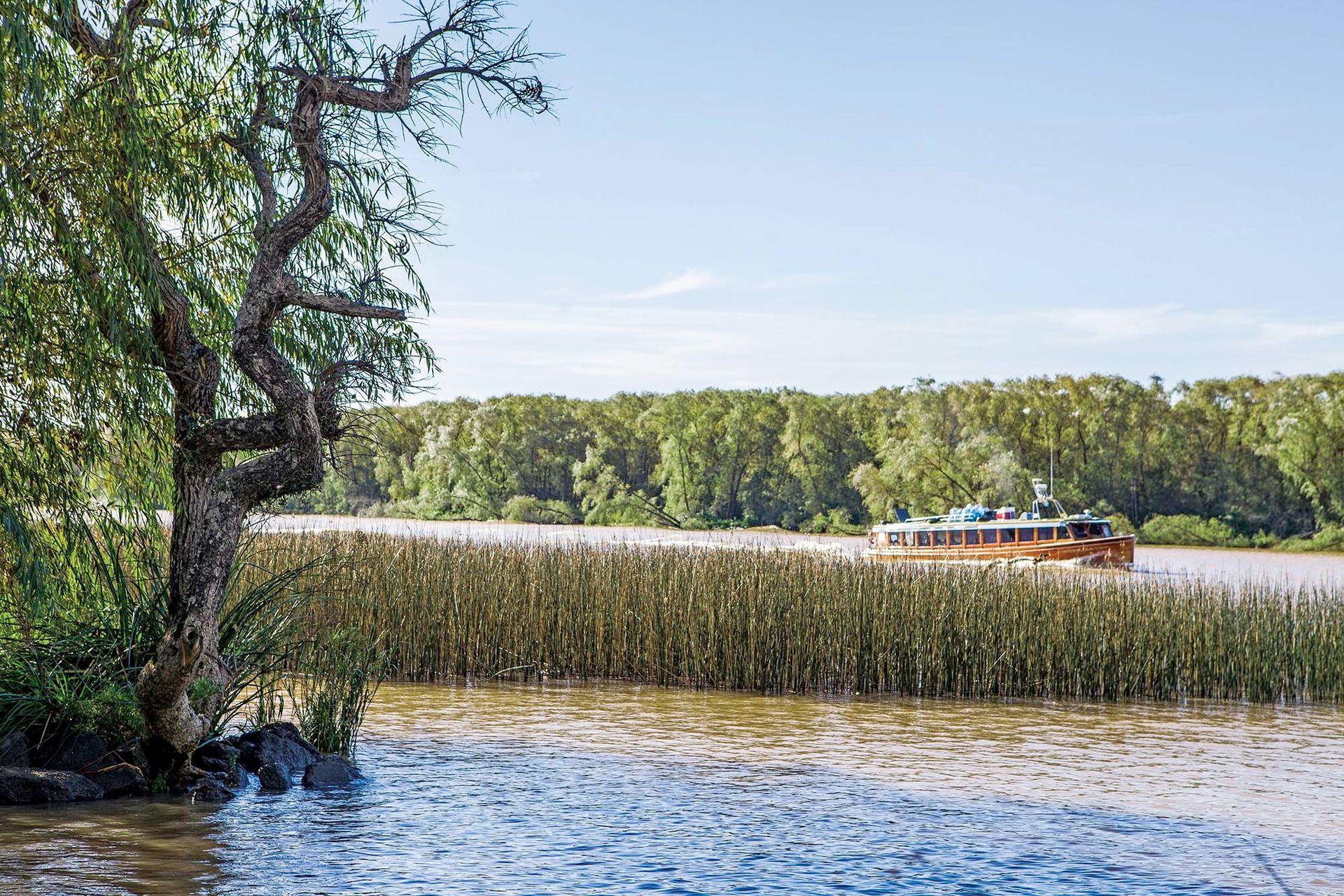 Por el río, lancha colectiva recorriendo las islas.