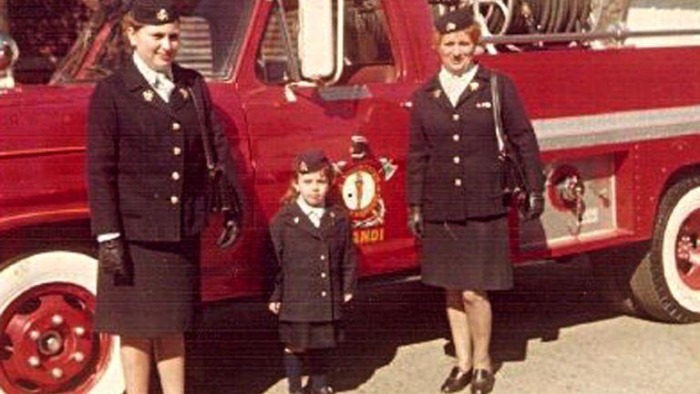 Elsa Bello (der), en sus comienzos como bombera junto a su hija Sandra, también bombera