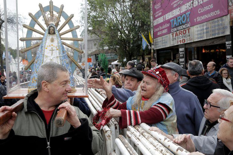 Aborto: la misa de San Cayetano se llenó de pañuelos azules