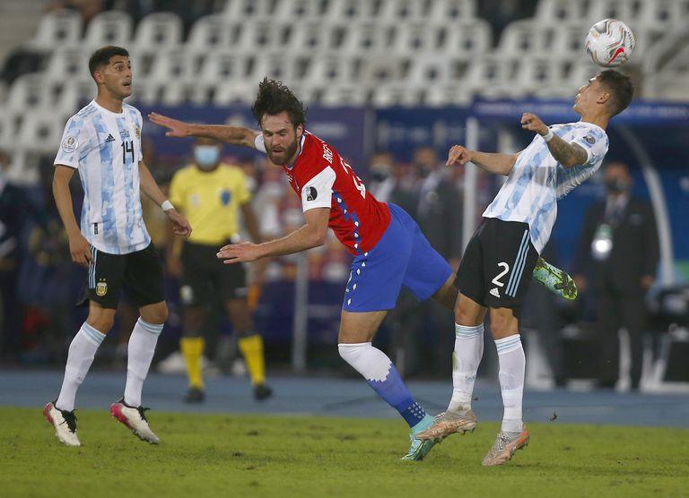 Ben Brereton busca la pelota frente a Lucas Martinez Quarta; el inglés hizo historia para la selección de Chile