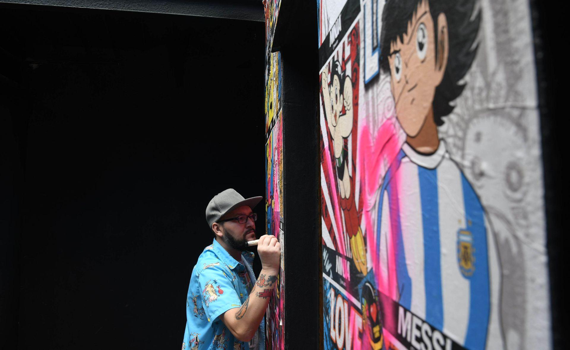Mural de Captain Tsubasa (de Súper Campeones) con la camiseta argentina y el nombre de Messi