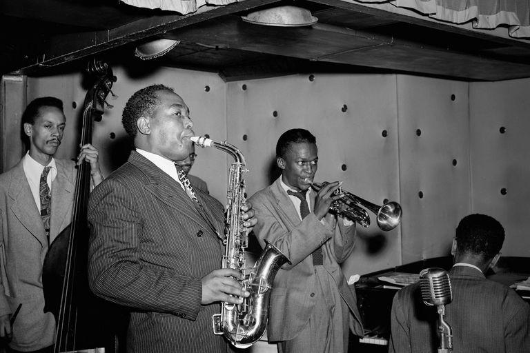 Parker, junto con Miles Davis, en el Three Deuces de Nueva York, en 1947. Los acompañan Tommy Potter (contrabajo), Max Roach (semitapado, batería) y Duke Jordan (piano)