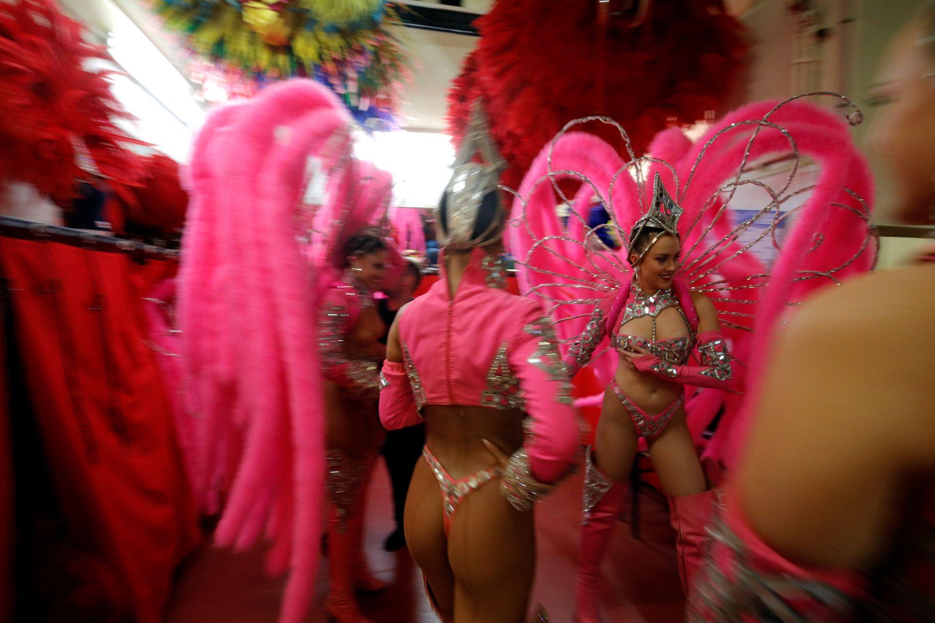 Las bailarinas se apresuran en el backstage
