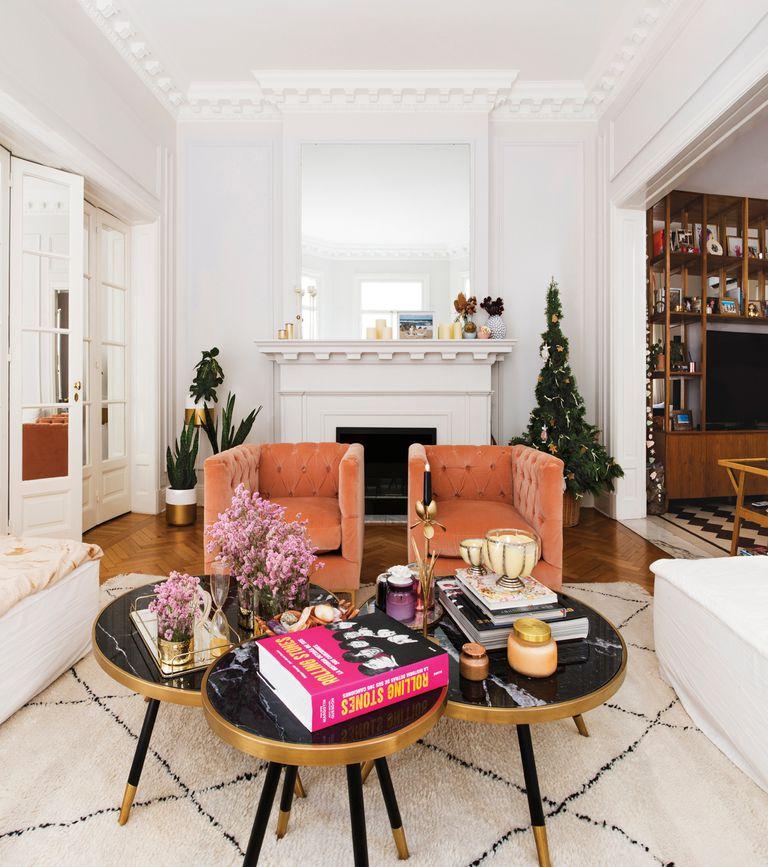 En el living, blanco impecable, sobresalen tres mesas bajas de mármol pulido y dos sillas cubo de pana de Bull Buenos Aires. Detrás, el árbol navideño, de las ambientadoras Sol y Ángeles Rodríguez Oneto, amigas de la dueña de casa.