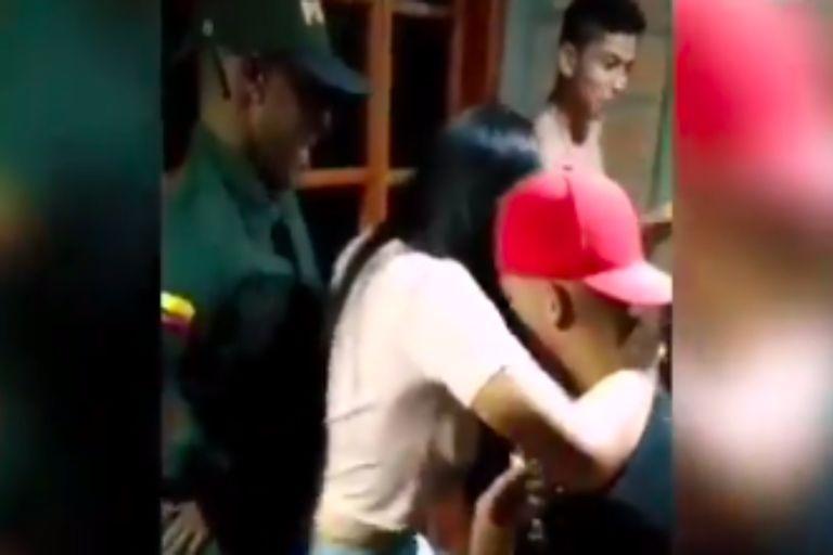 Los uniformados se apersonaron en el domicilio por denuncias de los vecinos, pero se sumaron a la celebración y quedó registrado en un video viral