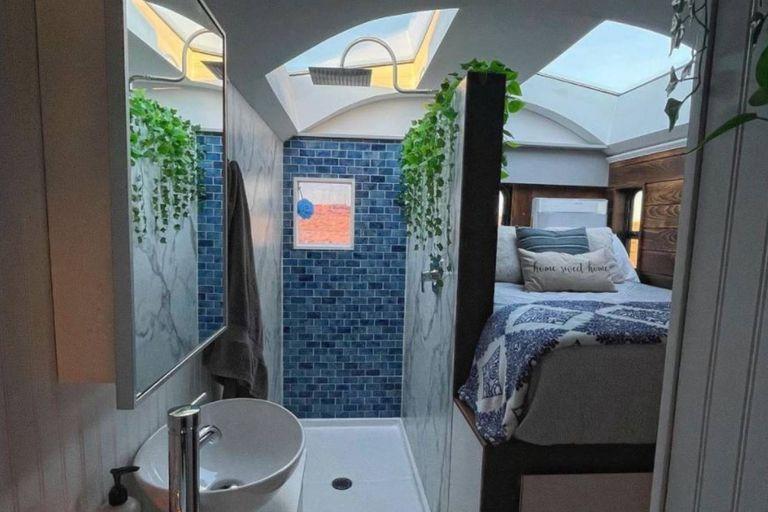 La ducha y el dormitorio están ubicados de manera contigua en el bus de Craig y Kate