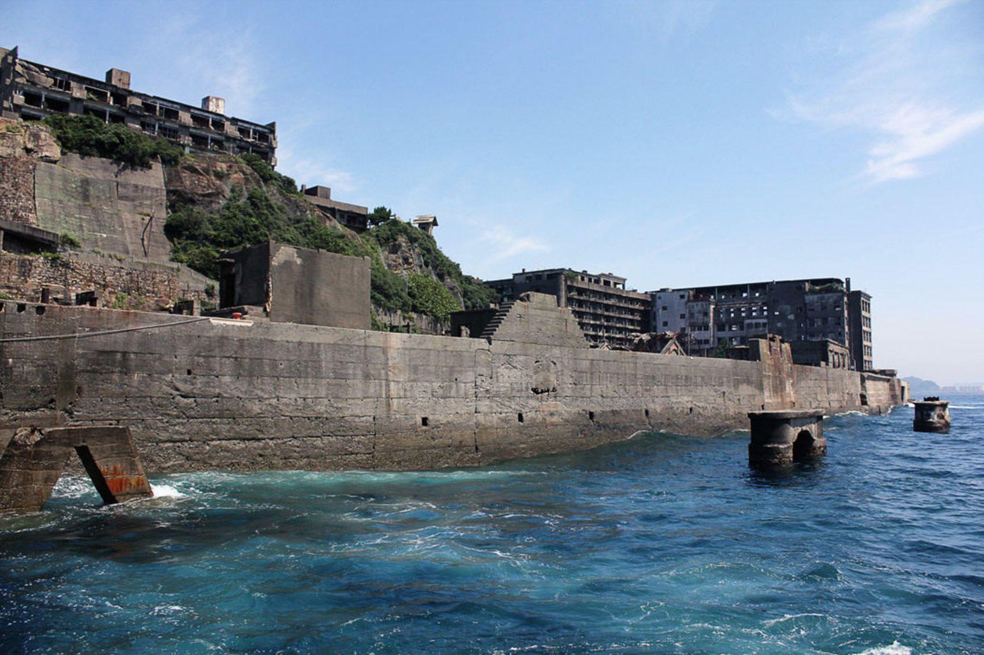 Los ingenieros de Mitsubishi hicieron construir enormes murallas para proteger a la isla de tempestades y tifones