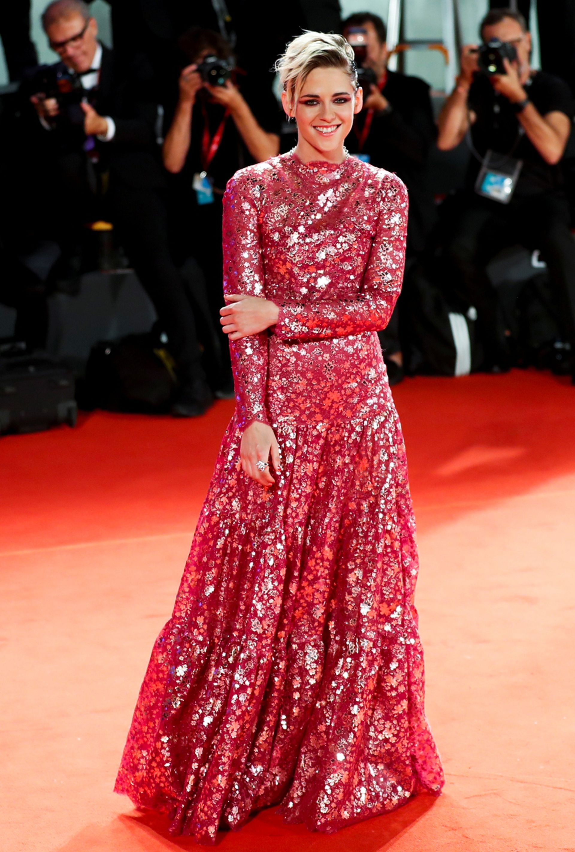 Kristen Stewart, una de las embajadoras de la casa Chanel, lució un vestido de mangas largas, cuello alto y falda ancha en tono rosa para la premier de Seberg, dirigida por Benedict Andrews