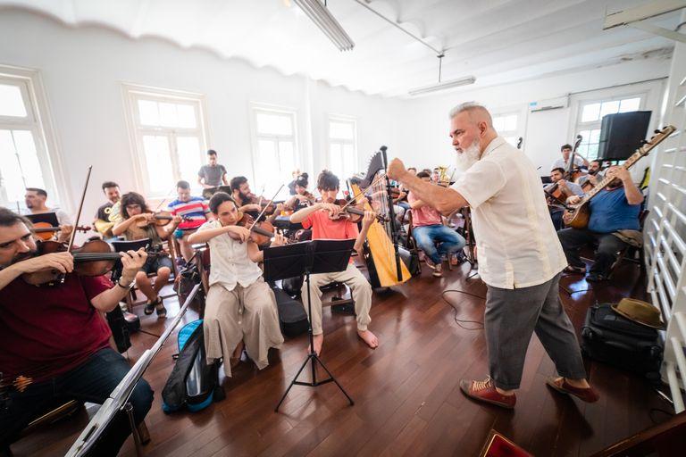 Alejandro Terán y la Orquesta Hypnofón, durante un ensayo