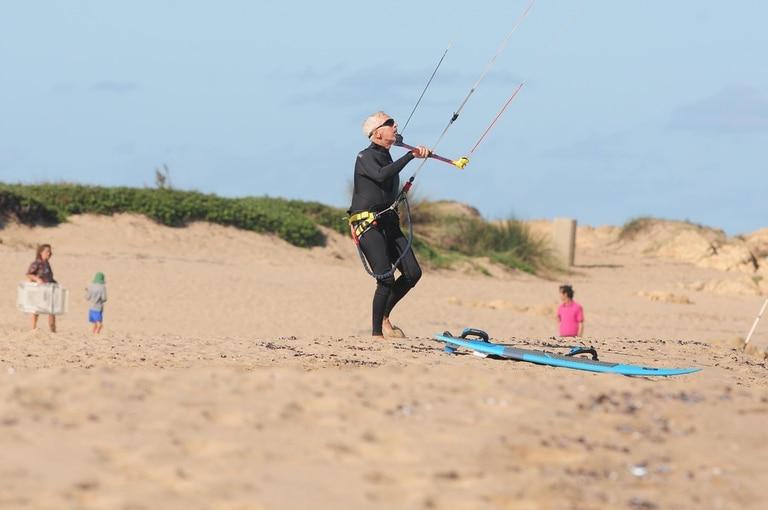 Desde joven es muy inquieto en cuanto al ejercicio físico y muy fanático de navegar en el agua.