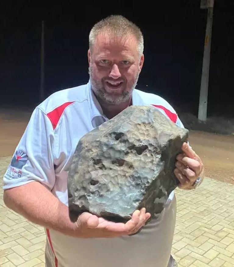 Michael Farmer, un coleccionista de Arizona, sostiene un meteorito de 38,2 kilos (Michael Farmer)