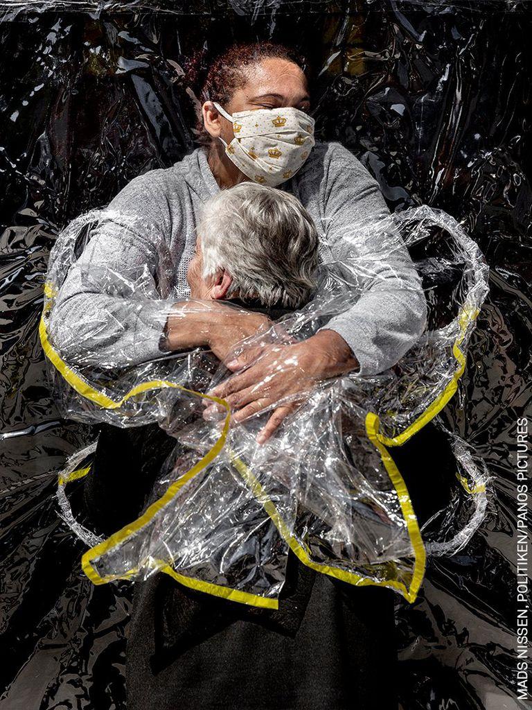 """05 de agosto de 2020, Brasil, Sao Paulo. La imagen de Mads Nissen, ganador de la categoría Noticias generales y Foto del año, muestra a Rosa Luzia Lunardi, de 85 años, en brazos de la enfermera Adriana Silva da Costa Souza, en el hogar de ancianos Viva Bem. Este fue """"el primer abrazo"""" que recibió Rosa en cinco meses. En marzo, los hogares de ancianos de todo el país habían cerrado sus puertas a todos los visitantes como resultado de la pandemia del coronavirus (Covid-19)"""