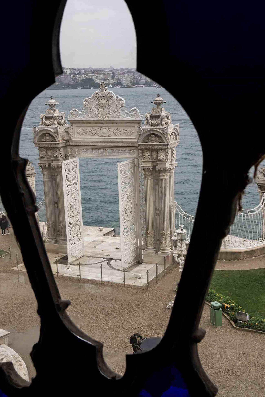 Gran portón sobre el Bósforo del Palacio Dolmabahce.