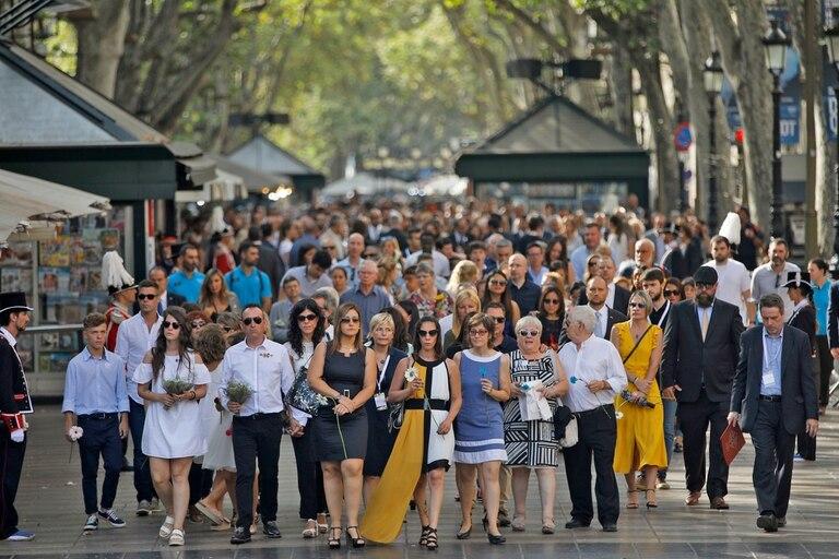 Miles de personas se acercaron para homenajear a las vítcimas