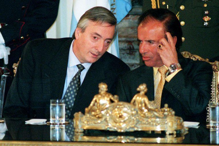 Con el entonces gobernador de Santa Cruz, Néstor Kirchner, en 1998; serían rivales por la presidencia en 2003