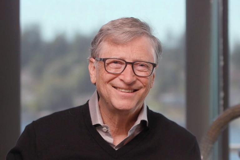 Bill Gates se vacunó contra el coronavirus y agradeció a los científicos.