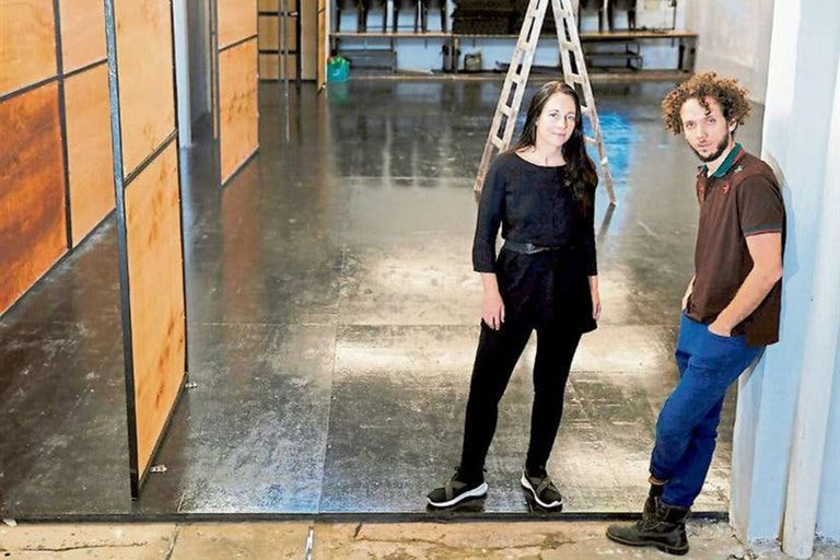 """Elisa Carricajo y Juan Onofri Barbato, en la sala Planta; en cuarentena, hacen las audio guías """"Viajes de escucha"""""""