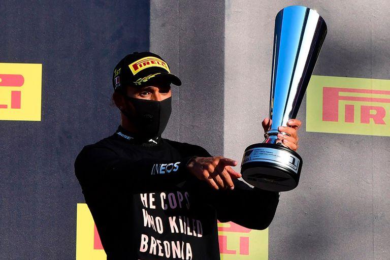 Lewis Hamilton afronta la chance de ser sancionado por haber vestido en el podio de Mugello una prenda que contenía un mensaje de posible implicación política.