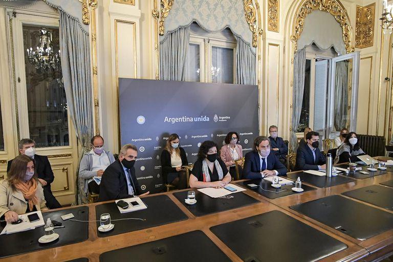 El Jefe de Gabinete, Santiago Cafiero, y la Ministra de Salud, Carla Vizzotti, se reunieron con epidemiólogos en Casa Rosada.