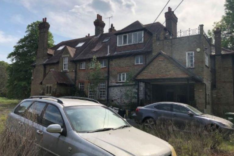 La mansión lleva años abandonada, sin pistas de sus propietarios
