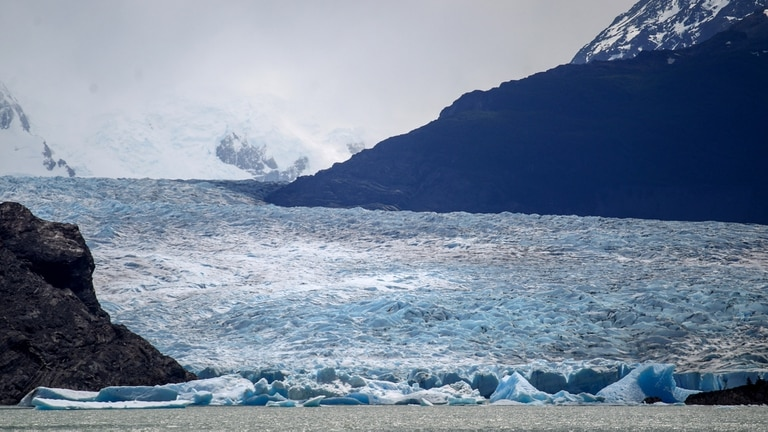 No fue un fenómeno esperado, como suele repetir cada algunos a?os el glaciar Perito Moreno. Aún no está claro el día exacto en el que el glaciar Grey desprendió la enorme mole de hielo; la información trascendió a partir de la viralización de fotos tomadas por los guardaparques